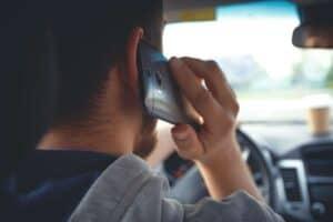 דיבור בטלפון בזמן נהיגה